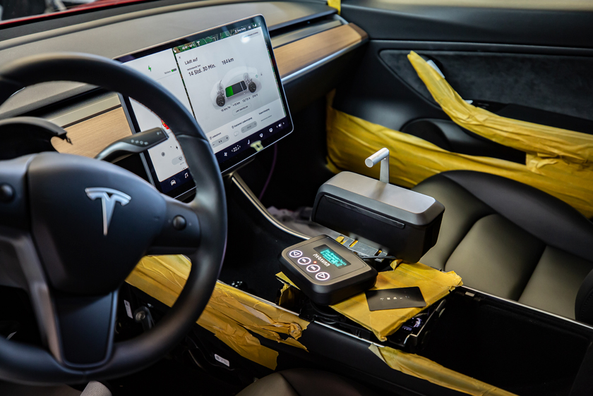 Paravan Drive-by-Wire System Space Drive in einem Tesla 3